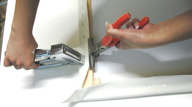 Using canvas pliers. Image courtesy pinterest/jesseagay