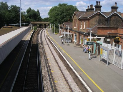 Wandsworth Common Station, Platform 1 in London, UK. Image courtesy Wikimedia Commons.