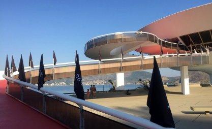 Installation view of 'Progressão [Progression]' by Filippe Moraes, on the ramp leading into Museu de Arte Contemporânea (MAC) de Niterói, in the region of Rio de Janeiro, Brazil. Photo: Kelise Franclemont.