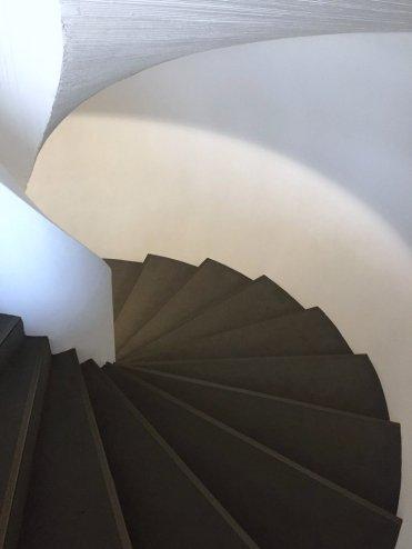 Inner staircase, Museu de Arte Contemporânea (MAC) de Niterói, in the region of Rio de Janeiro, Brazil. Photo: Kelise Franclemont.